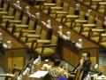 Anggota DPR memotret rekannya dengan kamera telepon genggam saat mengikuti Rapat Paripurna DPR di Kompleks Parlemen, Senayan, Jakarta, Kamis (5/7). Rapat Paripurna DPR tersebut mengagendakan laporan Banggar DPR mengenai hasil pembahasan pembicaraan pendahuluan RAPBN TA 2013 serta tanggapan pemerintah terhadap pandangan fraksi-fraksi atas materi RUU tentang pertanggungjawaban atas pelaksanaan APBN Tahun Anggaran 2011. (FOTO ANTARA/Andika Wahyu)