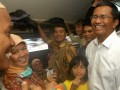 Menteri BUMN Dahlan Iskan (kanan) berbincang dengan penumpang di atas Kereta Rel Listrik (KRL) kelas ekonomi dalam perjalanan dari Stasiun Sudirman Jakarta-Menuju Depok untuk kunjungan kerja ke pabrik mobil listrik di Depok, Jabar, Kamis (5/7). Kunjungan kerja dengan memilih naik KRL ekonomi tersebut dimanfaatkan Menteri BUMN untuk mendengarkan keluhan dan masukan masyarakat tentang pelayanan KRL yang dikelola oleh PT KAI. (FOTO ANTARA/Jafkhairi)