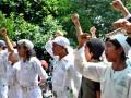 Puluhan Laskar Pembela Islam (LPI) Bogor meneriakkan takbir saat sidang pembunuhan anggota LPI di Pengadilan Negeri, jalan Pengadilan, Kota Bogor, Jabar, Kamis (5/7). Massa LPI menuntut pengadilan berlaku adil dalam memutuskan kasus pembunuhan anggota LPI oleh IR tersangka anggota kelompok bermotor pada awal Mei lalu. (FOTO ANTARA/Arif Firmansyah)