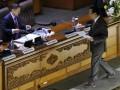 Menkeu Agus Martowardojo (kanan) menyerahkan naskah tanggapan pemerintah terhadap pandangan fraksi-fraksi atas materi RUU tentang pertanggungjawaban atas pelaksanaan APBN Tahun Anggaran 2011 kepada Wakil Ketua DPR Anis Matta saat Rapat Paripurna DPR di Kompleks Parlemen, Senayan, Jakarta, Kamis (5/7). Rapat Paripurna DPR tersebut juga mengagendakan laporan Banggar DPR mengenai hasil pembahasan pembicaraan pendahuluan RAPBN TA 2013. (FOTO ANTARA/Andika Wahyu)