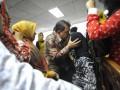 Direktur Keuangan PT Asuransi Kredit Indonesia (Askrindo) Zulfan Lubis menenangkan keluarganya usai dirinya dijatuhi vonis di Pengadilan Tindak Pidana Korupsi, Jakarta Selatan, Kamis (5/7). Zulfan divonis lima tahun penjara dan denda Rp 1 miliar dalam kasus penempatan dana Askrindo ke perusahaan investasi yang diperkirakan merugikan negara lebih dari Rp400 miliar tersebut. (FOTO ANTARA/Fanny Octavianus)