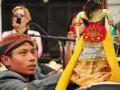 Seorang dalang cilik peserta Festival Dalang Bocah memainkan wayang golek di Museum Bank Indonesia, Jakarta, Jumat (6/7). Festival tersebut diikuti oleh 24 dalang bocah unggulan dari berbagai propinsi untuk memperebutkan Piala Wakil Presiden RI. (FOTO ANTARA/Puji Kurniasari)