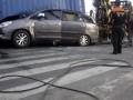 Petugas melakukan proses evakuasi Toyota Innova BK 1192 KI yang  tergencet truk kontainer L 8767 UR dan Isuzu Panther AD 8437 JB di Simpang Empat Semampir, Kediri, Jawa Timur, Jumat (6/7). Proses evakuasi kecelakaan maut tersebut berjalan lambat hingga membutuhkan waktu enam jam akibat beratnya muatan kontainer yang mencapai 20 ton. Dalam kejadian itu lima penumpang Toyota Inova tujuan Aceh tewas seketika. (FOTO ANTARA/Arief Priyono)