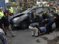 Sejumlah petugas mengevakuasi korban ketika terjadi kecelakaan maut di Simpang Empat Semampir, Kediri, Jawa Timur, Jumat (6/7). Lima penumpang Toyota Inova BK 1192 KI tewas seketika setelah terlibat tabrakan beruntun dengan truk kontainer L 8767 UR dan Isuzu Panther AD 8437 JB. Kelima korban tewas tersebut adalah warga Aceh yang pulang liburan sekolah dari Bali. (FOTO ANTARA/Arief Priyono)