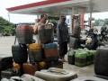 Sejumlah jerigen milik para nelayan dletakan berjejer, antre untuk  mendapatkan solar di Makassar, Sulsel, Jumat (6/7). Beberapa hari terakhir, krisis ketersediaan BBM jenis solar terjadi pada hampir semua SPBU dan Stasiun Pengisian Bahan Bakar Nelayan (SPBN) di Kota Makassar, kondisi ini menyebabkan antrean pada SPBU yang masih memiliki persediaan solar. (FOTO ANTARA/Dewi Fajriani)