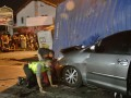 Beberapa petugas memeriksa sebuah mobil Toyota Innova BK 1192 KI yang tergencet kontainer setelah bertabrakan dengan truk kontainer L 8767 UR dan Isuzu Panther AD 8437 JB di Simpang Empat Semampir, Kediri, Jawa Timur, Jumat (6/7) dini hari. Lima penumpang Toyota Inova yang akan pulang ke Aceh tersebut tewas seketika di tempat kejadian perkara. (FOTO ANTARA/Arief Priyono)