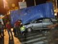 Sebuah mobil Toyota Innova BK 1192 KI tergencet kontainer setelah  bertabrakan dengan truk kontainer L 8767 UR dan Isuzu Panther AD 8437 JB di Simpang Empat Semampir, Kediri, Jawa Timur, Jumat (6/7) dini hari. Lima penumpang Toyota Inova yang akan pulang ke Aceh tersebut tewas seketika di tempat kejadian perkara. (FOTO ANTARA/Arief Priyono)