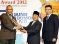 Mantan Menteri Perumahan Rakyat M Yusuf Asy'ari (tengah)  menyerahkan penghargaan kepada Pemimpin Wilayah BRI II Albert Rajagukguk (kiri) disaksikan Anggota Dewan Juri Properti & Bank Award Tommy Zhu (kanan), saat acara '7th Indonesia Properti & Bank Award 2012', di Jakarta, Kamis (5/7). PT Bank Rakyat Indonesia (Persero) Tbk meraih penghargaan kategori Bank BUMN berkinerja sangat bagus, dengan sub kategori 'The Most Admired Mortage Banking Product'. (FOTO ANTARA/Indra)