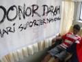 Sejumlah suporter melakukan donor darah memperingati Hari Suporter Nasional di Stadion Manahan, Solo, Jateng, Sabtu (7/7). Aksi yang dikuti sejumlah suporter dari berbagai daerah seperti, Tanggerang, Madura, serta Solo tersebut dilakukan dalam rangka menimbulkan rasa berbagi serta menjalin persahabatan antar pendukung sepakbola dari berbagai daerah. (FOTO ANTARA/Akbar Nugroho Gumay)