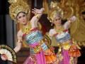 Dua seniman Jepang membawakan Tari Putri Angangsuh dalam pagelaran seni tari dan gamelan di Pesta Kesenian Bali ke-34, Taman Budaya Denpasar, Jumat (6/7) malam. Beberapa seniman tari asal Jepang unjuk kemampuan dalam menguasai kesenian Bali yang khusus dikembangkan di Negeri Sakura melalui Sanggar Wyarihita. (FOTO ANTARA/Nyoman Budhiana)