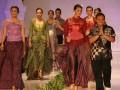 "Sejumlah model membawakan kebaya berjalan bersama designer Ahmat Failasuf pada Jogja Fashion Week 2012, Jumat (6/7). Jogja Fashion Week 2012 mengangkat tema ""Dharmasukma"" yang diikuti lebih dari 80 designer dalam negeri. (FOTO ANTARA/Regina Safri)"