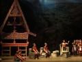 """Sejumlah seniman saat mementaskan opera batak yang berjudul """"Raja Sisingamangaraja XII"""" di Teater Jakarta, Taman Ismail Marzuki, Jakarta, Jumat (6/7) malam. Kisah Raja Sisingamangaraja XII yang disutradarai oleh Sultan Saragih ini menceritakan kisah pahlawan legendaris Batak yang mencegah Belanda untuk menguasai tanah Batak. (FOTO ANTARA/Agus Apriyanto)"""