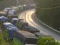 Sejumlah truk mengular terjebak antrean di Pelabuhan Merak, Banten ketika akan menyeberang ke Pelabuhan Bakauheni, Lampung, Sabtu (7/7). Ribuan truk tertahan sampai dua hari menyusul banyaknya kapal roro (kapal penyeberangan) yang rusak sementara jumlah truk terus melonjak. (FOTO ANTARA/Asep Fathulrahman)