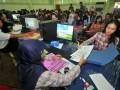 Sejumlah calon mahasiswa melakukan proses kelengkapan data penerimaan mahasiswa jalur mandiri Perguruan Tinggi Negeri (PTN) di Universitas Airlangga (Unair) Surabaya, Jatim, Senin (9/7). Panitia Unair menargetkan 10.000 peserta yang akan berebut pagu atau daya tampung jalur Mandiri Unair sebanyak 1.884 kursi, dari program IPA, IPS dan IPC. (FOTO ANTARA/M Risyal Hidayat)