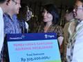 (dari kiri) Chief Marketing Office Cigna TH Wiryawan, Head of Strategic Partnership PT Asuransi Cigna Adi Darmaputra, ahli waris dari korban tragedi Sukhoi Sri Lindjianti dan Head of Strategic Marketing Cigna Reginald Hamdani saat penyerahan santunan dari PT Asuransi Cigna pada nasabah tragedi Sukhoi di Jakarta, Selasa (10/7). Cigna membayar klaim asuransi pada ahli waris dan keluarga korban tragedi pesawat Sukhoi senilai Rp2.331.896.471 pada enam nasabahnya baik langsung maupun melalui mitra bisnisnya. (ANTARA/Fanny Octavianus)