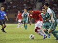 Pesepakbola Indonesia Bima Ragil (kiri) dikawal ketat pesepakbola Macau Chan Man (kanan) dalam pertandingan kualifikasi grup E Piala Asia (AFC) di Stadion Utama Riau, Pekanbaru, Riau, Rabu (10/7) malam. (FOTO ANTARA/Yudhi Mahatma)