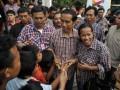 Cagub DKI Jakarta Jokowi menyapa pendukungnya di posko Tim Sukses di Jalan Borobudur, Jakarta, Rabu (11/7). Berdasarkan hasil perhitungan cepat (Quick Count) dari Lembaga Survei Indonesia (LSI) sampai dengan pukul 17.00 , pasangan Jokowi -Ahok unggul 42,3 persen mengungguli pasangan Fauzi Bowo-Nachrowi Ramli sebesar 33,7 persen. (FOTO ANTARA/Prasetyo Utomo)