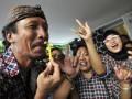 Sejumlah pendukung Cagub DKI Jakarta Jokowi-Ahok meneriakkan yel yel di posko Tim Sukses di Jalan Borobudur, Jakarta, Rabu (11/7). Berdasarkan hasil perhitungan cepat (Quick Count) dari Lembaga Survei Indonesia (LSI) sampai dengan pukul 17.00 , pasangan Jokowi -Ahok unggul 42,3 persen mengungguli pasangan Fauzi Bowo-Nachrowi Ramli sebesar 33,7 persen. (FOTO ANTARA/Prasetyo Utomo)