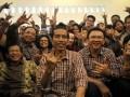 Pasangan Cagub/Cawagub DKI Jakarta Jokowi (depan kedua kiri) dan Ahok (depan kedua kanan) bersama pendukungnya meneriakkan yel yel di posko Tim Sukses di Jalan Borobudur, Jakarta, Rabu (11/7). Berdasarkan hasil perhitungan cepat (Quick Count) dari Lembaga Survei Indonesia (LSI) sampai dengan pukul 17.00 , pasangan Jokowi -Ahok unggul 42,3 persen mengungguli pasangan Fauzi Bowo-Nachrowi Ramli sebesar 33,7 persen. (FOTO ANTARA/Prasetyo Utomo)