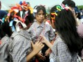 Sejumlah siswa mengikuti pembukaan Masa Orietasi Siswa (MOS) pelajar SMP, SMA dan SMK se-kota Makassar di Lapangan Karebosi, Makassar, Sulsel, Kamis (12/7). Pelaksanaan MOS secara serentak, diharapkan mampu mengurangi kekhawatiran orang tua siswa terhadap aksi kekerasan terhadap siswa baru. (ANTARA/Dewi Fajriani)