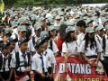 Sejumlah siswa mengikuti pembukaan Masa Orietasi Siswa (MOS) pelajar SMP, SMA dan SMK se-kota Makassar di Lapangan Karebosi, Makassar, Sulsel, Kamis (12/7). Pelaksanaan MOS secara serentak, diharapkan mampu mengurangi kekhawatiran orang tua siswa terhadap aksi kekerasan terhadap siswa baru. ( ANTARA/Dewi Fajriani)