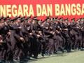 Sejumlah perwira Polisi menari sambil meneriakkan yel-yel meluapkan kegembiraan usai mengikuti upacara Prasetya Perwira (Praspa) TNI tahun 2012 di lapangan Sapta Marga komplek Akmil Magelang, Jateng, Kamis (12/7). Sebanyak 836 taruna terdiri dari 302 taruna Akmil, 95 Taruna AAL, 124 Taruna AAU serta 305 Taruna Akpol mengikuti pelantikan menjadi perwira militer dan Polri baru yang dipimpin langsung oleh presiden RI Susilo Bambang Yodhoyono. (ANTARA/Anis Efizudi)