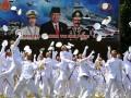 Sejumlah perwira TNI AL melempar topi ke udara meluapkan kegembiraan usai mengikuti upacara Prasetya Perwira (Praspa) TNI tahun 2012 di lapangan Sapta Marga komplek Akmil Magelang, Jateng, Kamis (12/7). Sebanyak 836 taruna terdiri dari 302 taruna Akmil, 95 Taruna AAL, 124 Taruna AAU serta 305 Taruna Akpol mengikuti pelantikan menjadi perwira militer dan Polri baru yang dipimpin langsung oleh presiden RI Susilo Bambang Yodhoyono. (ANTARA/Anis Efizudi)