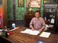 """Walikota Solo yang juga kandidat Gubernur DKI Jakarta, Joko Widodo, memeriksa dokumen di ruang kerja pribadi setibanya dari Jakarta, di Rumah Dinas Walikota """"Loji Gandrung"""", Solo, Jateng, Kamis (12/7).Sehari setelah pemilihan Gubernur DKI putaran pertama, Jokowi langsung memulai tugasnya kembali sebagai Walikota Solo. (ANTARA/Andika Betha)"""