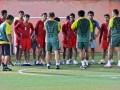 Tim Sepakbola Nasional Indonesia mendengarkan arahan pelatih di sela-sela pertandingan kualifikasi grup E Piala Asia (AFC) di Pekanbaru, Riau, Jumat (13/7). Tim Nasional Indonesia sebelumnya kalah atas Jepang 5-1, selanjutnya akan menghadapi Tim Nasional Singapura, Minggu (15/7), di Stadion Utama Riau. (FOTO ANTARA/Yudhi Mahatma)