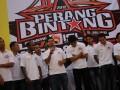 Bambang Pamungkas (tengah) mewakili rekan-rekan Bintang ISL  Pilihan memaparkan keinginan mereka untuk mengalahkan Sriwijaya FC di atrium Palembang Indah Mall, Jumat (13/7) malam. Minggu Malam Sriwijaya FC akan berhadapan dengan sejumlah pemain bintang pilihan ISL pada partai bertajuk Perang Bintang. (FOTO ANTARA/ Feny Selly)