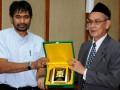 Wakil Gubernur Aceh,Muzakir Manaf (kiri) menyerahkan cenderamata Ketua tim delegasi Ahli Majelis Agama Islam Terengganu, Malaysia (Maidan) Dato Haji Mazlan bin Hasyim (kanan) di Banda Aceh, Jumat  (13/7). Kunjungan itu juga dimaksudkan untuk mempelajari penerapan pelaksanaan Syariat Islam di Provinsi Aceh. (FOTO ANTARA/Azhari-Zul)