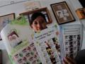 Seorang petugas Kantor Pos menunjukkan Perangko Prisma di Kantor Pos Besar Yogyakarta, Senin (16/7). Menurut Pos Indonesia, masyarakat yang akan mengirimkan kartu ucapan Lebaran bisa menggunakan layanan perangko prisma yang merupakan sarana perangko bergambar identitas pengirim atau keluarga, dan melalui layanan tersebut diharapkan dapat menggairahkan budaya berkirim surat yang semakin hilang tergerus teknologi ponsel. (ANTARA/Noveradika)