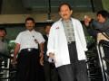 Tersangka dalam kasus dugaan korupsi pengadaan alat kesehatan untuk Pusat Penanggulangan Krisis di Kementerian Kesehatan tahun 2007, Rustam Syarifuddin Pakaya (kanan) usai diperiksa penyidik Komisi Pemberantasan Korupsi (KPK) di Jakarta, Senin (18/7). Berkas mantan Kepala Pusat Penanggulangan Krisis Depkes tersebut dinyatakan lengkap atau P21 dan dalam 14 hari ke depan akan menjalani sidang perdananya di Pengadilan Tindak Pidana Korupsi Jakarta. (ANTARA/Puspa Perwitasari)
