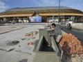 Pekerja menyelesaikan proyek Stadion Utama Riau, Pekanbaru, Riau, Senin (16/7). Stadion Utama Riau merupakan salah satu arena penyelenggaraan Pekan Olahraga Nasional XVIII/2012 pada bulan  September mendatang, dengan cabang olahraga sepakbola, serta atletik. (FOTO ANTARA/Yudhi Mahatma)