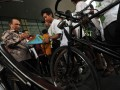 Wakil Ketua KPK Busyro Muqqodas (kiri) menandatangani caping milik Student Ontelis Club dari Ikatan Pelajar Muhammadiyah (IPM) yang bersepeda dari Jember (Jawa Timur) ke KPK di gedung KPK, Jakarta Selatan, Rabu (18/7). Pelajar tersebut bersepeda dari Jember-Jakarta dalam rangka Milad IPM ke-51, yang dalam perjalanan mengumpulkan koin untuk pembangunan gedung baru KPK. (ANTARA/Zabur Karuru)