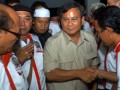Ketua Dewan Pembina Partai Gerindra, Prabowo Subianto (tengah), disambut para pendukungnya saat penutupan pertemuan Forum Keluarga Besar Kesatuan Aksi Pemuda Pelajar Indonesia( FKB KAPPI), di Jakarta, Selasa( 17/7). Keluarga Besar KAPPI mendukung Prabowo Subianto untuk maju sebagai calon presiden periode mendatang. (FOTO ANTARA/ Ujang Zaelani)