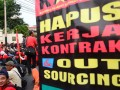 Ratusan buruh yang tergabung dalam Kongres Aliansi Serikat Buruh Indonesia (KASBI) menggelar aksi di depan Gedung Pertamina, Jakarta (17/7). Aksi tersebut menuntut penghapusan sistem kerja outsourching. (FOTO ANTARA/Nailin In Saroh)