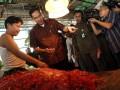 Menteri Perdagangan Gita Wirjawan (kedua kiri) berbincang dengan seorang pedagang cabai di Pasar Induk Kramat Jati, Jakarta Timur, Rabu (18/7). Gita Wirjawan datang ke Pasar Induk Kramat Jati, Jakarta untuk memantau langsung kondisi harga dan stok bahan kebutuhan pokok menjelang bulan puasa dan Lebaran 1433 H. (FOTO ANTARA/Widodo S. Jusuf)