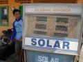 Seorang petugas, mengisi solar kedalam jeriken, di SPBU Nelayan Pelabuhan Branta Pesisir, Tlanakan, Pamekasan, Jatim, Sabtu (21/7). Tidak melautnya sebagian besar nelayan pada awal puasa menyebabkan pembelian solar turun hingga 70 persen. Kondisi tersebut diperkirakan akan normal saat akan memasuki pekan kedua puasa. (ANTARA/Saiful Bahri)