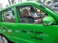 Menteri Koordinator Perekonomian Hatta Rajasa (kiri) bersama Menteri BUMN Dahlan Iskan (kanan) mengendarai mobil listrik seusai rapat koordinasi membahas program mobil listrik nasional di Jakarta, Senin (23/7). Menurut Hatta, program pembuatan mobil listrik nasional sudah menuju tahap pengembangan prototipe mobil, pembuatan regulasi, insentif, dan kesiapan industri. (ANTARA/Prasetyo Utomo)