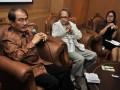 Mantan Ketua Mahkamah Konstitusi (MK), Jimly Asshiddiqie (kiri) bersama Wakil Ketua MPR Hajriyanto Y Thohari (tengah) dan Anggota Fraksi PDI-P DPR Eva Sundari (kanan) menjadi pembicara dalam dialog membahas eksistensi Ketetapan MPR, Jakarta, Senin (23/7). Menurut pembicara negara seakan-akan menganut dualisme hukum, yaitu UUD 1945 dan Ketetapan MPR, setelah era reformasi, Ketetapan MPR tidak lagi termasuk UU. (FOTO ANTARA/Yudhi Mahatma)