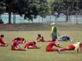 Pesepakbola Tim Nasional Indonesia mengikuti sesi latihan menjelang Turnamen Java Cup 2012 di Lapangan C, Senayan, Jakarta, Senin (23/7). Pelatih Timnas Aji Santoso berencana akan menurunkan Timnas U-22 plus saat turun menghadapi Timnas Malaysia dan Everton Inggris, pada turnamen Java Cup 2012 di Stadion Utama Gelora Bung Karno Jakarta, 26-29 Juli 2012. (FOTO ANTARA/Yudhi Mahatma)