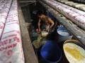Seorang perajin tempe mengolah kedelai yang telah direbus untuk disimpan di tempat usaha produksi tempe milik Pak Karyono, di Kelurahan Kampung Rawa, Johar Baru, Jakarta Pusat, Senin (23/7). Para perajin tempe dan tahu menghentikan pasokan produksi mereka ke pasar pada Rabu-Jumat mendatang sebagai bentuk protes atas melambungnya harga kedelai yang mencapai kisaran Rp 8000/kg. (FOTO ANTARA/Fanny Octavianus)