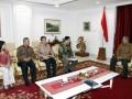 Presiden Susilo Bambang Yudhoyono (kanan) menerima Ketua Komisi Pemilihan Umum (KPU) Husni Kamil Manik (kedua kanan) dan sejumlah anggota KPU Hadar Nafis Gumay (ketiga kanan), Arif Budiman (kedua kiri) dan Ida Budhiati (kiri) di Kantor Kepresidenan, Jakarta, Senin (23/7). Dalam pertemuan tersebut, Presiden menerima laporan KPU tentang persiapan penyelenggaraan Pemilu tahun 2014. (FOTO ANTARA/Widodo S. Jusuf)