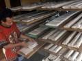 Seorang perajin menata tempe yang merupakan produksi terakhirnya di Tanah Sareal, Kota Bogor, Jabar, Senin (23/7). Perajin tempe dan tahu di Kota Bogor menghentikan sementara produksi tempe selama tiga hari sebagai bentuk protes terhadap tingginya harga kedelai import yang mencapai lebih dari Rp. 8.000/kg dan menuntut pemerintah melakukan subsidi harga kedelai. (FOTO ANTARA/Jafkhairi)