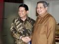 Presiden Susilo Bambang Yudhoyono (kanan) menerima Ketua Komisi Pemilihan Umum (KPU) Husni Kamil Manik (kiri) di Kantor Kepresidenan, Jakarta, Senin (23/7). Dalam pertemuan tersebut, Presiden menerima laporan KPU tentang persiapan penyelenggaraan Pemilu tahun 2014. (FOTO ANTARA/Widodo S. Jusuf)
