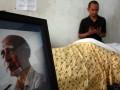 Sejumlah keluarga dan handai tolan maembawa keranda jenazah Almarhum R.A Kosasih untuk disholatkan yang tidak jauh dari kediamannya di Rempoa, Ciputat, Tangerang Selatan, Selasa (24/7). R.A Kosasih yang meninggal dalam usia 93 tahun akibat infeksi empedu, adalah maestro komik Indonesia yang terkenal dengan karyanya komik Sri Asih, Mahabarata dan Ramayana. (FOTO ANTARA/Muhammad Deffa)