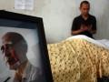 Seorang pelayat berdoa disamping jenazah komikus senior R.A Kosasih di kediamannya di Rempoa, Ciputat, Tangerang Selatan, Selasa (24/7). R.A Kosasih yang meninggal dalam usia 93 tahun akibat infeksi empedu, adalah maestro komik Indonesia yang terkenal dengan karyanya komik Sri Asih, Mahabarata dan Ramayana. (FOTO ANTARA/Muhammad Deffa)