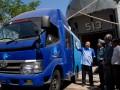Kepala Staf Koarmatim, Laksma TNI Darwanto (2 kiri) bersama Staf Ahli Menkominfo, Suprawoto (2 kanan), mendengarkan penjelasan Senior Entreprise Account Manager Telkom, Hikmatul Hayat (kiri), saat proses kargo mobil pusat layanan internet kecamatan (MPLIK) ke dalam KRI Teluk Penyu-513 yang akan dibawa ke Bitung, Sulut di Mako Koarmatim, Ujung Surabaya, Selasa (24/7). Sebanyak 40 unit MPLIK bantuan dari Telkom bekerjasama dengan Kementrian Kominfo, untuk mendukung program Broadband Ready di seluruh Indonesia. Dari jumlah total 1907 MPLIK, 588 akan dioperasikan oleh Telkom. (ANTARA/Eric Ireng)