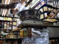 Sejumlah pedagang melayani penjualan kue kering, di Kawasan Pasar  Jatinegara, Jakarta, Senin (23/7). Pedagang mengaku penjualan kue kering Rp22 ribu hingga Rp160 ribu per kg itu diperkirakan akan meningkat hingga 200 persen pada minggu kedua Ramadhan. (FOTO ANTARA/ Wahyu Putro A)